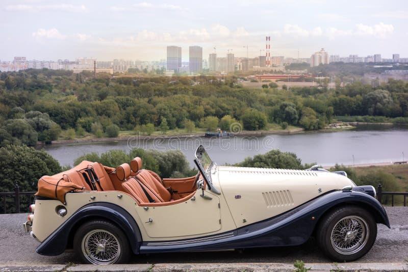Шикарный автомобиль с откидным верхом с роскошной ареной стоковые изображения
