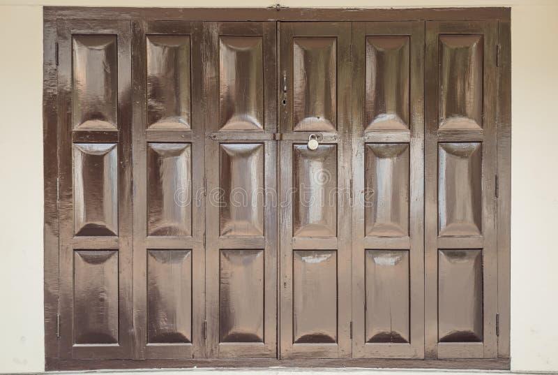 Широкие сияющие деревянные запертые шторки двери Справочная информация стоковое фото rf