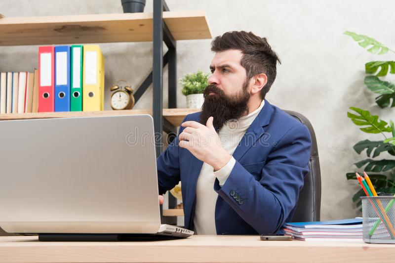 Шкаф сервера системного администратора обслуживая конфигурация компьютерных систем и сетей Зверский человек в деле стоковое фото