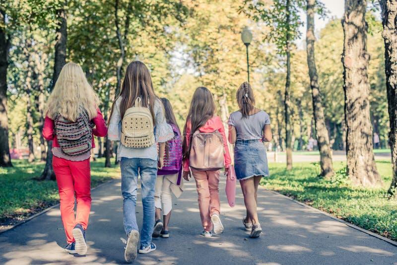 Школьницы с schoolbags стоковое изображение