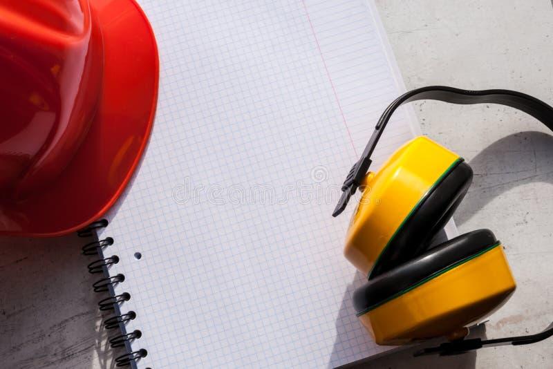 Шлем конструкции символ безопасности в рабочем месте установите инструменты Фокус концепции безопасности выборочный стоковое изображение rf