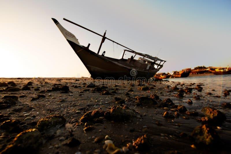 Шлюпка в береге стоковое изображение