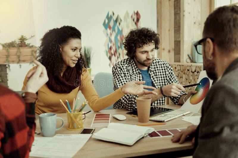 Штат отдела рекламы и стимулирования сбыта работая на стратегии бизнеса стоковые изображения rf