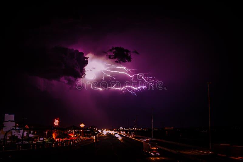Шторм молнии над скоростным шоссе стоковое изображение rf