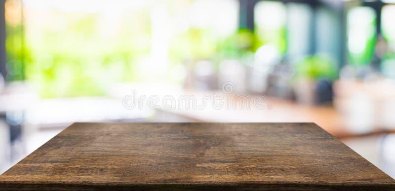 Таблица пустой перспективы трудная деревянная и запачканная предпосылка света кафа сада шаблон дисплея продукта представление дел стоковое фото