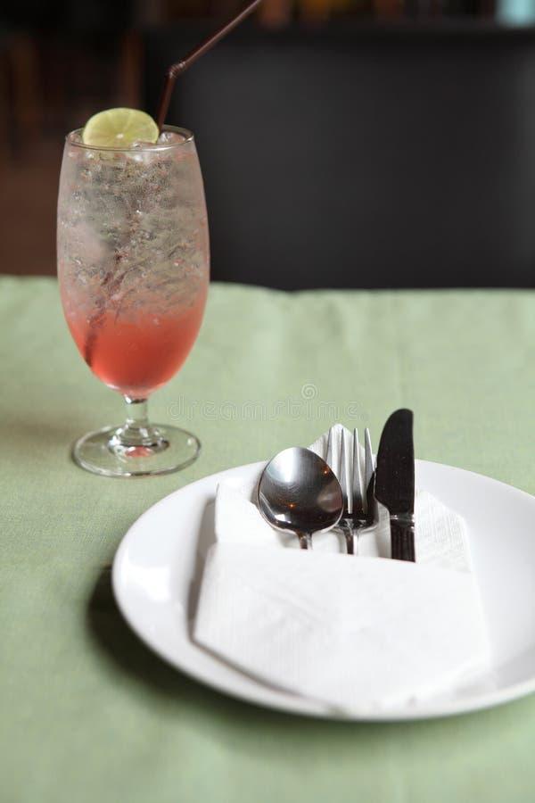 Таблица установила с содой вишни стоковое изображение
