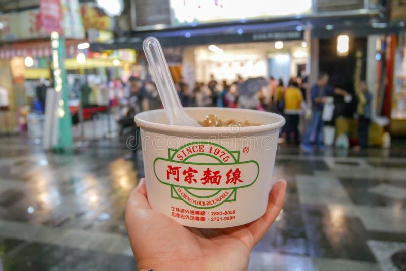 Тайбэй, Тайвань - 12-ое октября 2018: Лапша риса муки Ay-Chung известная еда на рынке ночи Ximending, Тайбэе стоковое фото