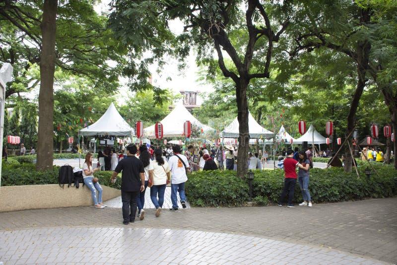 Тайские люди и чужое перемещение Tanabata посещения путешественника или фестиваль звезды японский и сидеть для еды еды в саде стоковые изображения rf