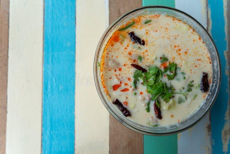Тайский суп Том-kha-kai, суп молока кокоса с цыпленком Том Kha Gai на взгляде сверху деревянного стола, тайской местной традицион стоковое изображение rf