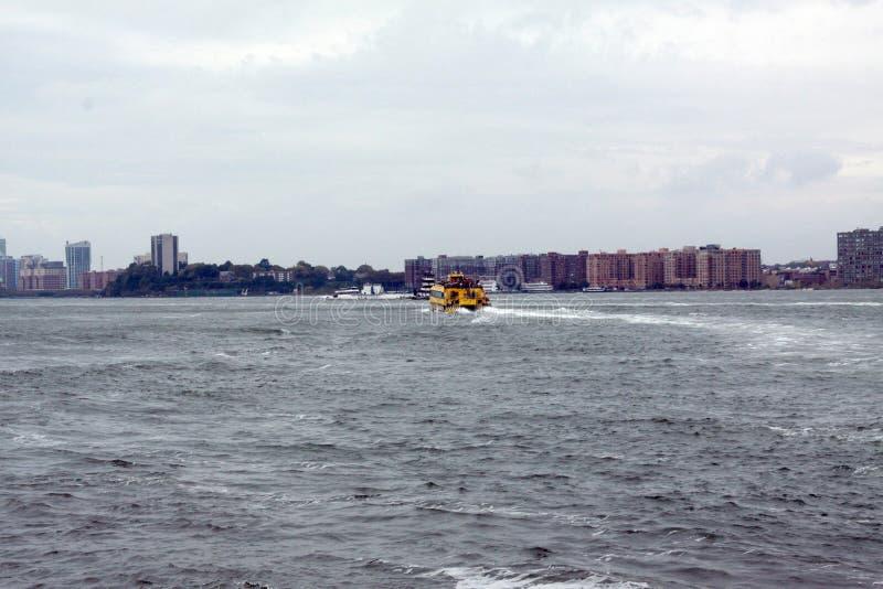 Такси Ист-Ривер, NYC стоковые фотографии rf