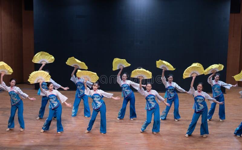Танец рудоразборки девушки 5-Tea рудоразборки чая - уча репетиция на уровне отдела танца стоковые изображения rf