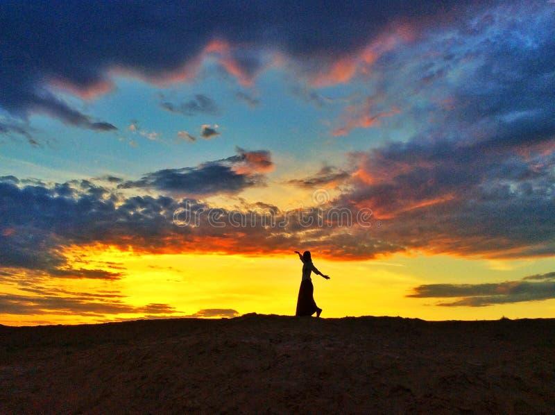 Танцы в заходе солнца города дьявола стоковые фотографии rf