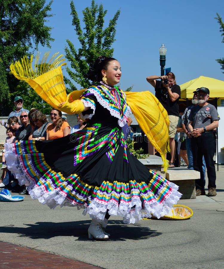 Танцор красивой женщины мексиканский фольклорный стоковое фото