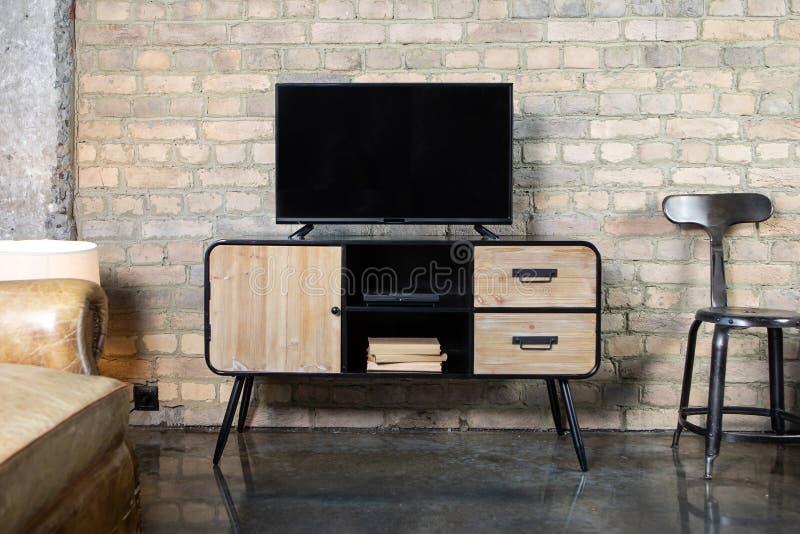 ТВ в интерьере в ретро стиле на прикроватном столике стоковое изображение rf