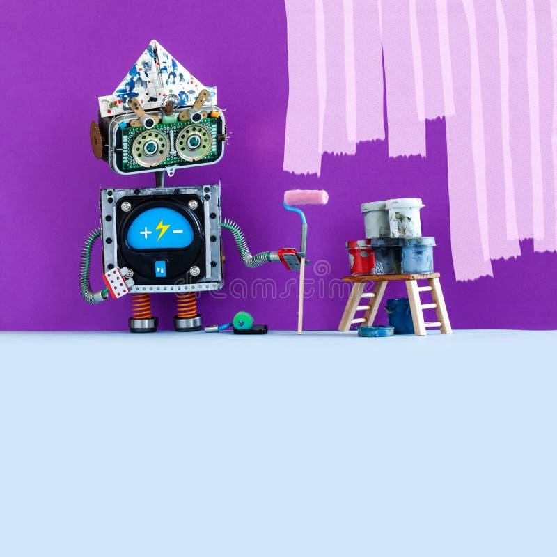 Творческий художник робота дизайна на работе Смешной робототехнический оформитель с роликом краски и ведрами, пурпурной покрашенн стоковые фото