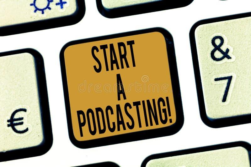 Текст почерка начинает Podcasting Подготовка смысла концепции и распределение аудио файлов используя клавишу на клавиатуре RSS стоковые фото