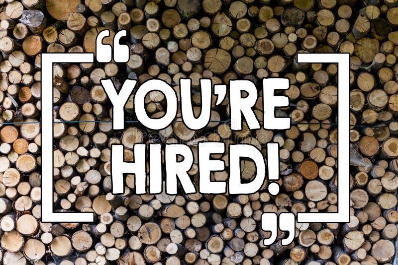Текст сочинительства слова вы Re нанятый Концепция дела для новым работника завербованного работником выбрала деревянный год сбор стоковое изображение