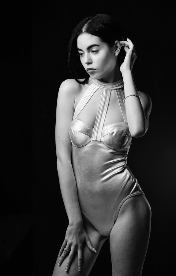 Тело девушки привлекательное носит футуристическое женское белье моды Дама носит сексуальную предпосылку черноты формы космическо стоковое фото rf