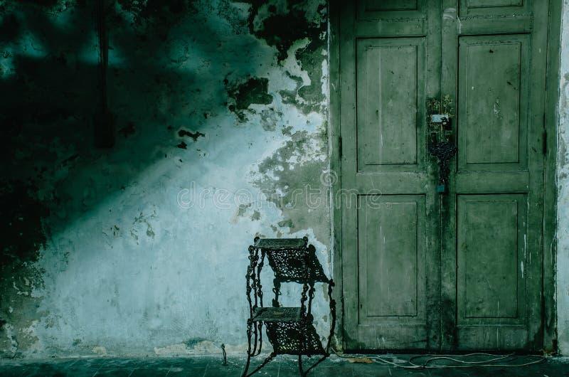 Темная и страшная передняя входная дверь дома вечером, космос экземпляра стоковая фотография rf