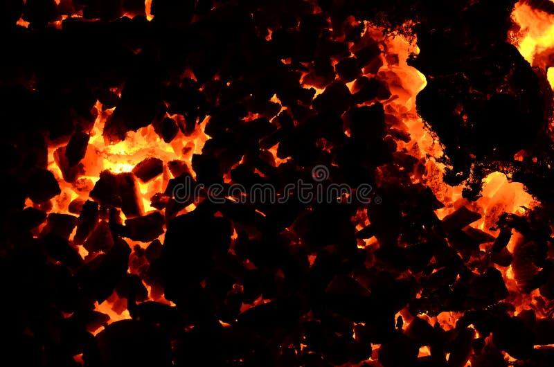 Темная предпосылка состоит из пылать антрацит угля стоковое фото