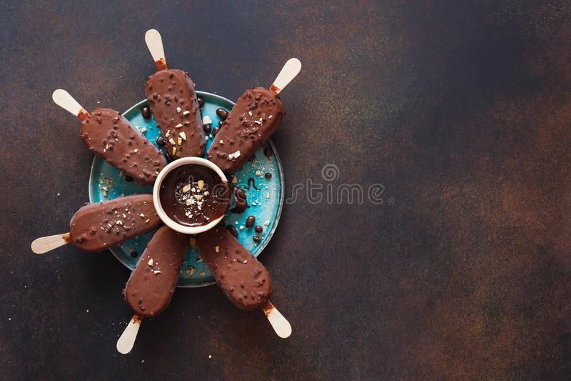 Темные ручки мороженого шоколада с зажаренными в духовке миндалинами и частями шоколада стоковые изображения rf