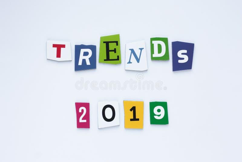 Тенденции слова на покрашенных письмах Отклоняет концепция Тенденции 2019 надписи Абстрактная карта с покрашенными тенденциями те иллюстрация штока