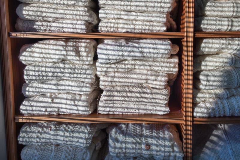 Теплый магазин прыгунов и кардиганов шерстей handamade зимы стоковая фотография rf