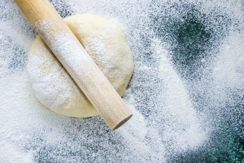 Тесто на floured мраморной зеленой таблице, взгляд сверху стоковое изображение rf