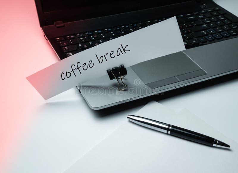 Тетрадь, пакет бумаги, ручка и объявление на зажимке для белья канцелярских принадлежностей Тема офиса и работы стоковая фотография