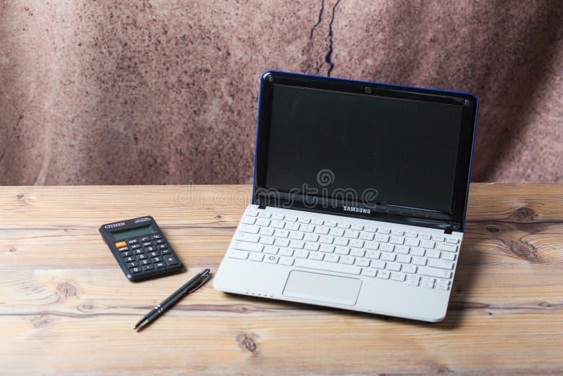 Тетрадь Samsung белая в живя комнате Старая деревянная текстура и ручка Городской домашний дизайн 2019 стоковая фотография