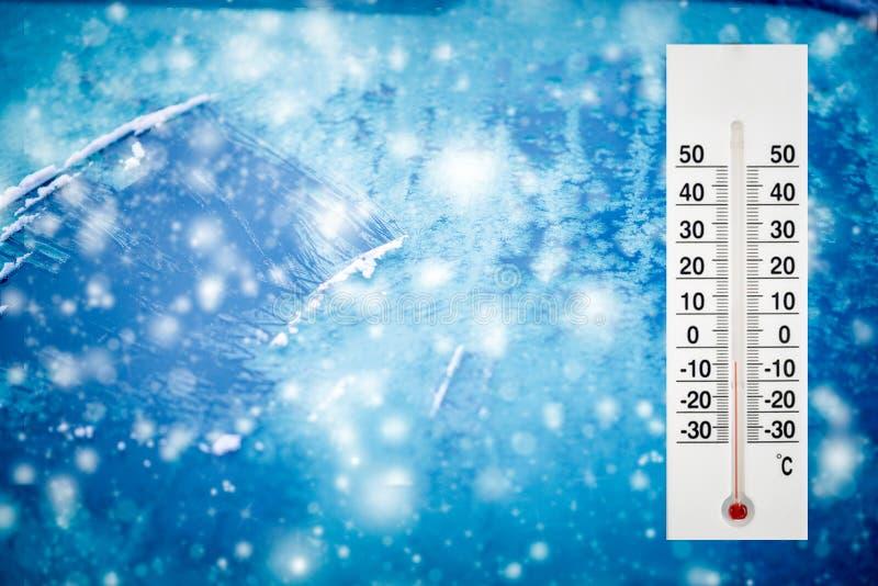 Термометр или метеорологический индикатор в зиме около температур шоу автомобиля низких стоковые фотографии rf