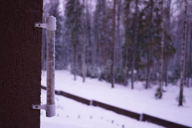 Термометр на холодном дне или горячих измерениях дня температура Сетноой-аналогов термометр стоковые фото