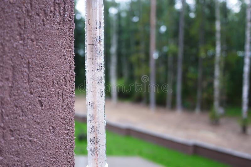 Термометр на холодном дне или горячих измерениях дня температура Сетноой-аналогов термометр стоковое изображение rf