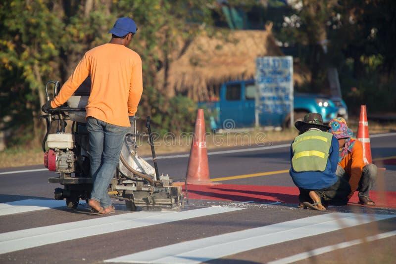 Термопластиковая машина маркировки брызг во время строительства дорог иллюстрация вектора