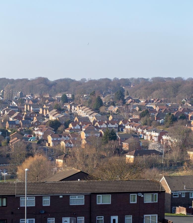Типичный жилой массив в Великобритании с голубым небом стоковое фото rf