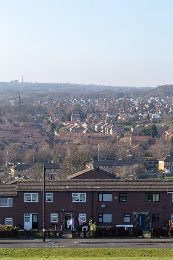 Типичный жилой массив в Великобритании с голубым небом стоковые изображения rf