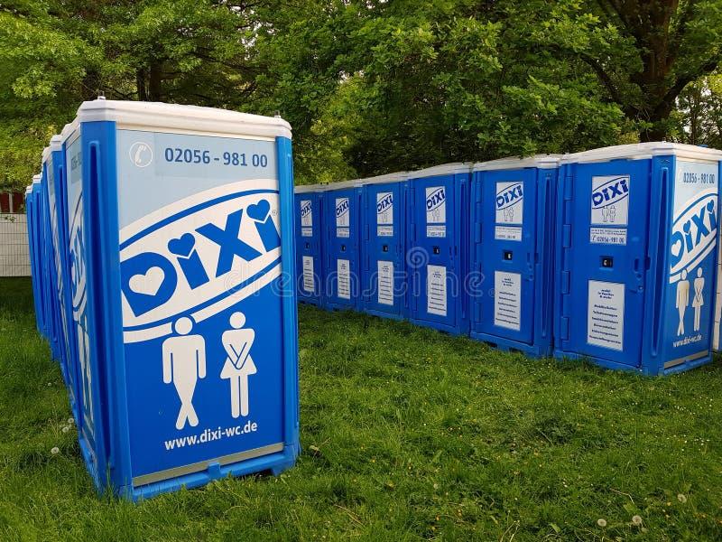 Туалет Dixi мобильный на месте события музыки стоковое фото