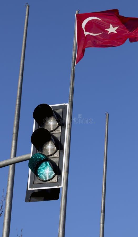 Турецкий флаг с течь с зеленым светофором на дневном времени Положительные развития для концепции Турции стоковые фотографии rf