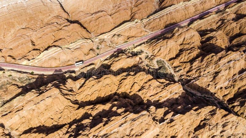 Туристические автобусы в парке Landform Zhangye Danxia гор радуги геологохимическом в Китае и дороге стоковое фото rf