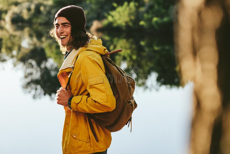 Туристский человек идя около озера стоковое фото rf