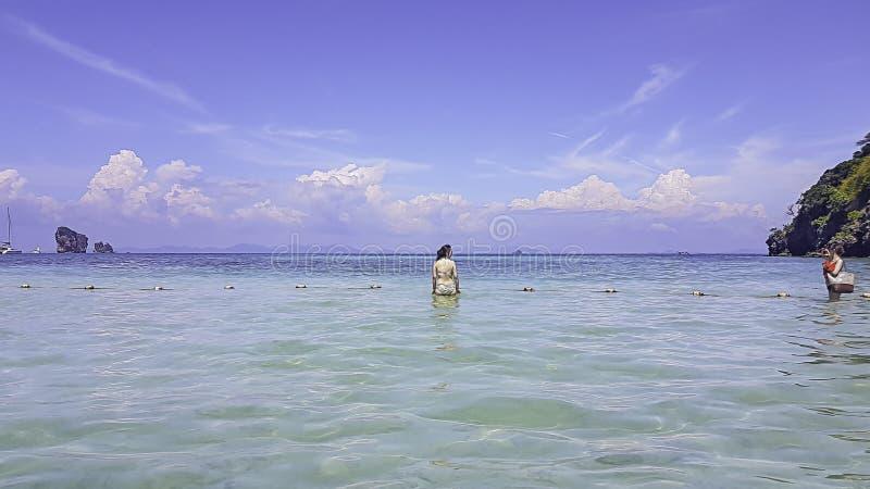 Туристы принимают девушку фото в море ясных небес на krabi в Thiland стоковое изображение rf