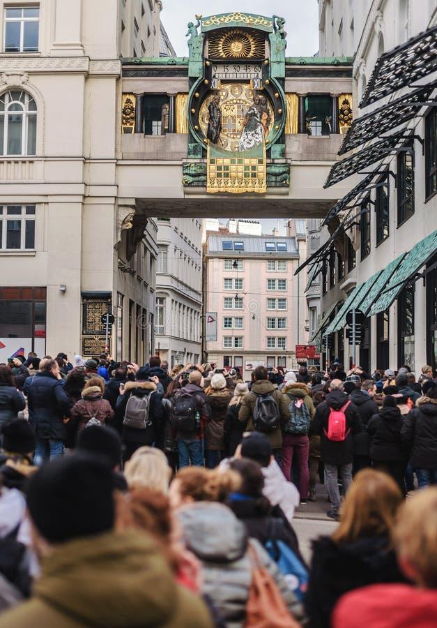 Туристы толпятся перед часами анкера стоковая фотография