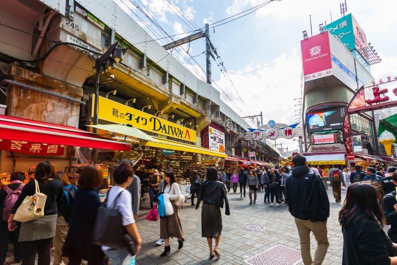 Туристы ходя по магазинам на рынке Ameyoko в Токио Японии Новый рынок в палате Токио, Японии Taito стоковое изображение