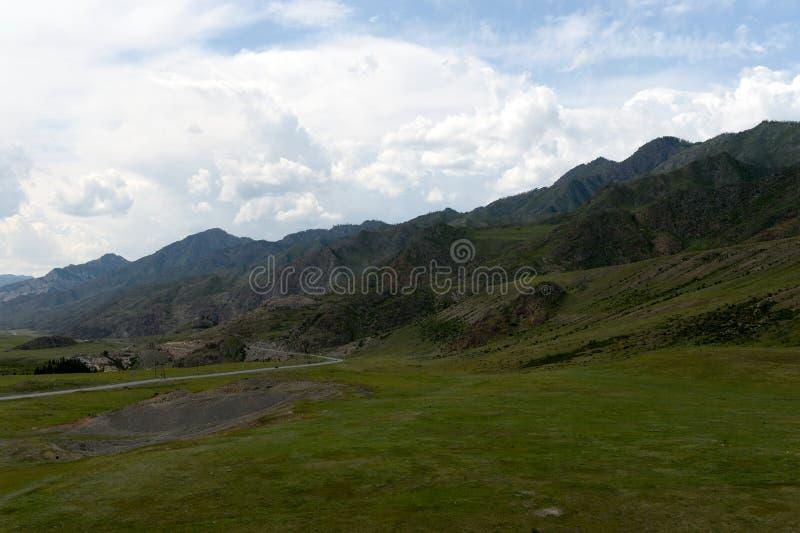 Тракт Chui в зоне kalbak-Tash тракта Республика Altai, Сибирь, Россия стоковое фото