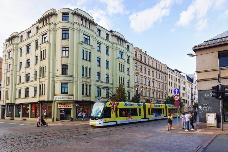 Трамвай и peope в улице старой Риги стоковое фото rf