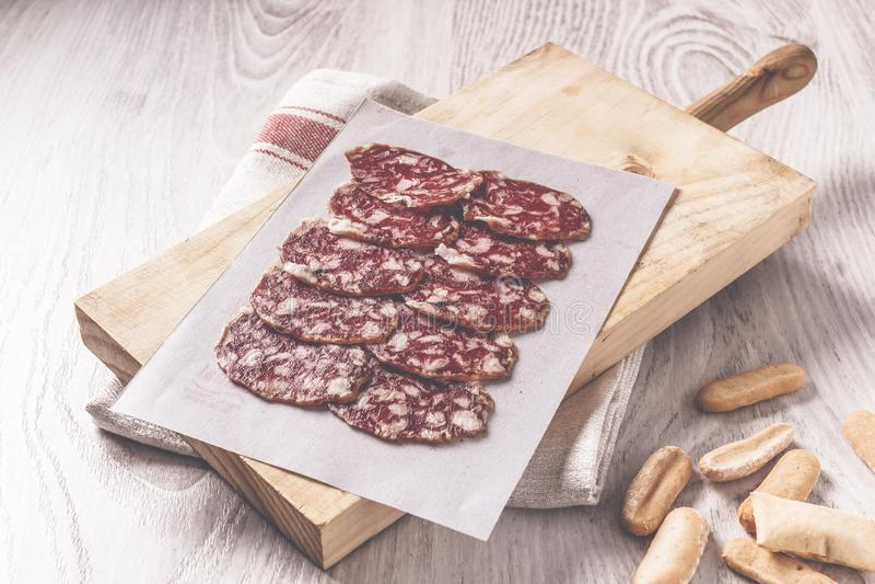 Традиционная иберийская испанская сосиска на деревянной доске стоковое изображение rf
