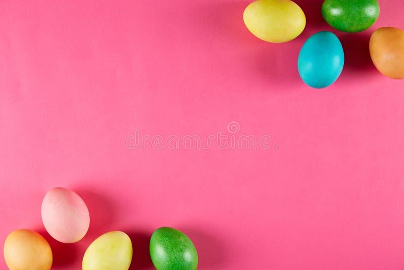 Традиционная покрашенная концепция пасхальных яя Состав взгляд сверху стоковые фотографии rf