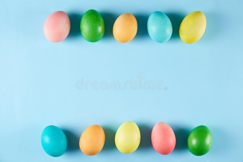 Традиционная покрашенная концепция пасхальных яя Состав взгляд сверху стоковые изображения