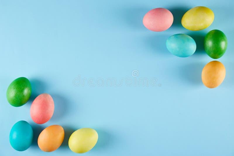 Традиционная покрашенная концепция пасхальных яя Состав взгляд сверху стоковое фото rf