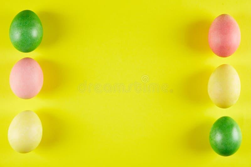 Традиционная покрашенная концепция пасхальных яя Состав взгляд сверху стоковое фото
